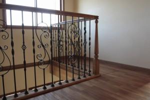 チーク床材とタモの階段手すり(オスモパイン色)