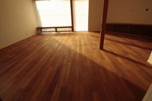 ハンターダグラスのシェードと無垢チーク床材