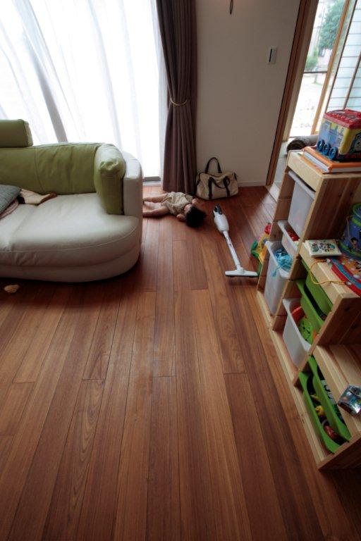 寝転んでも平気な床材