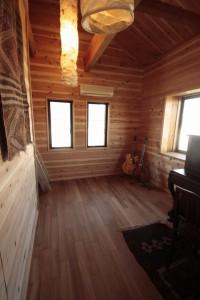 杉板の壁材とチーク無垢床材
