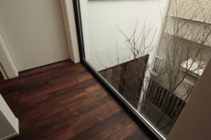 ウォールナット無垢床材と植栽