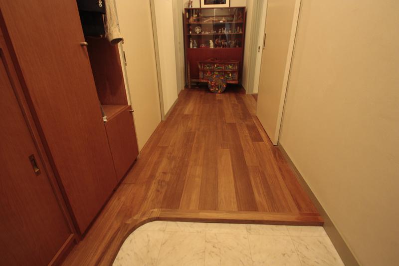 玄関ホールのチーク無垢床材写真