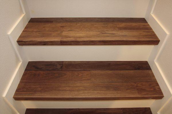 アジアンウォールナットの階段