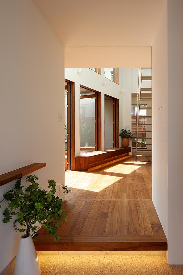 シンプルモダンな住宅の玄関框
